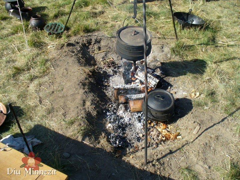 Diu Minnezît - Feuergrube mit modernem Dreibein, Eisentöpfen. Im ...