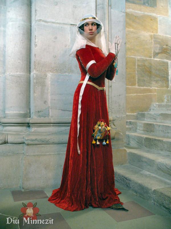Šaty na 14. století z polohevábného sametu