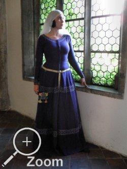 Diu Minnezît - Kleidung - Bestickte Cotehardie